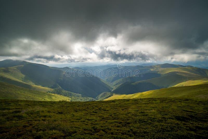 Nuvens de chuva acima de Carpathians Panorama do cume de Borzhava das montanhas Carpathian ucranianas imagem de stock