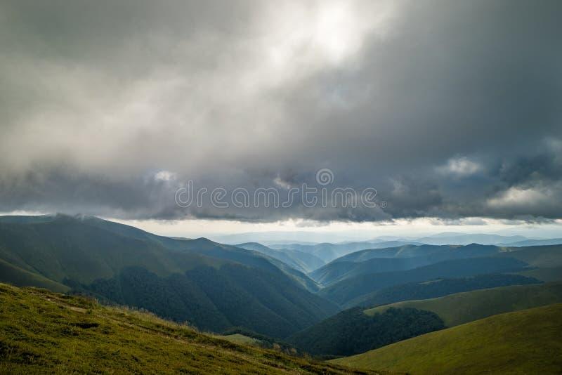 Nuvens de chuva acima de Carpathians Panorama do cume de Borzhava das montanhas Carpathian ucranianas fotos de stock