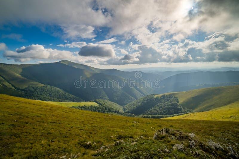 Nuvens de chuva acima de Carpathians Panorama do cume de Borzhava das montanhas Carpathian ucranianas imagens de stock