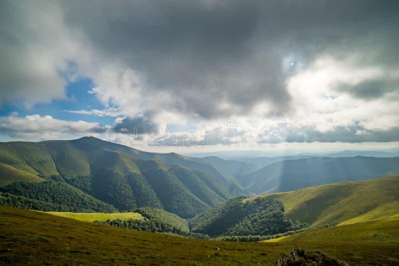 Nuvens de chuva acima de Carpathians Panorama do cume de Borzhava das montanhas Carpathian ucranianas fotos de stock royalty free