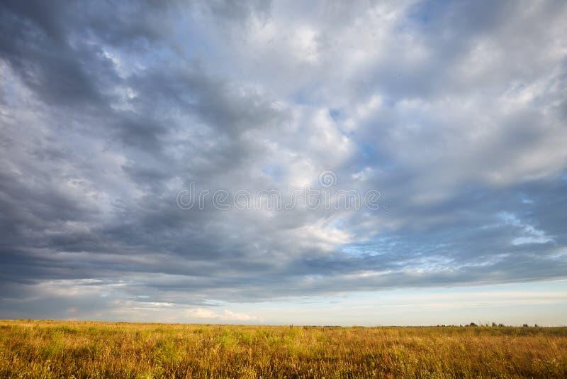 Nuvens de chuva, bonito, poderosas no céu chuvoso do verão fotos de stock royalty free