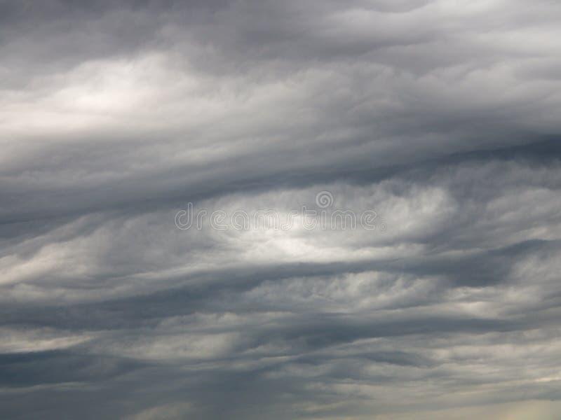 Nuvens de chuva cinzentas espetaculares imagem de stock royalty free