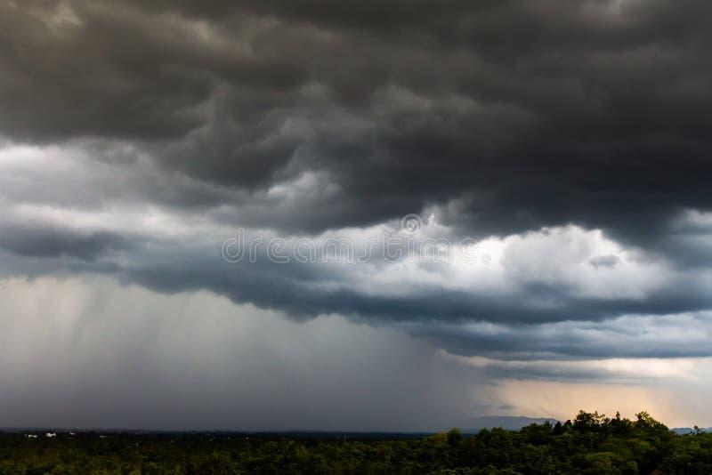 nuvens de chuva do c?u da tempestade do trov?o imagem de stock