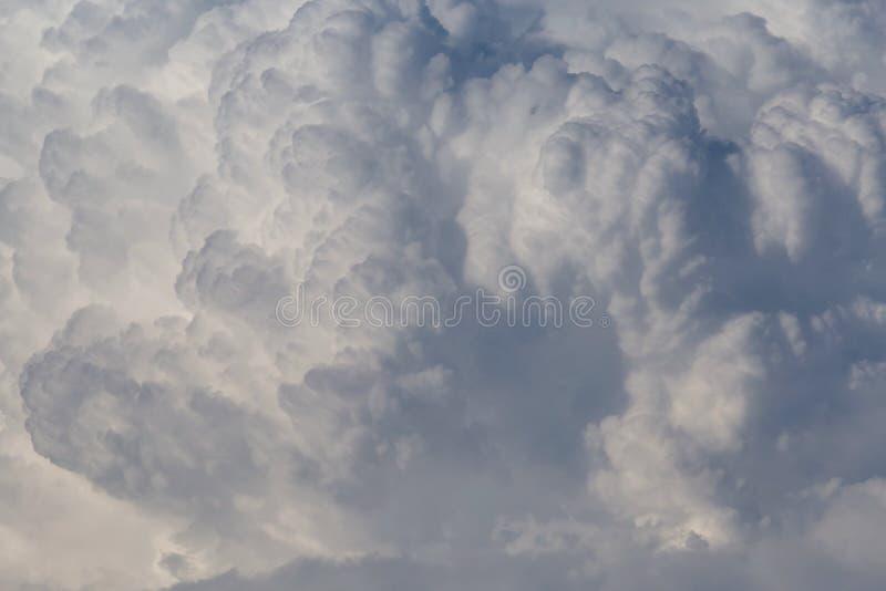 Nuvens de chuva enormes em um céu foto de stock