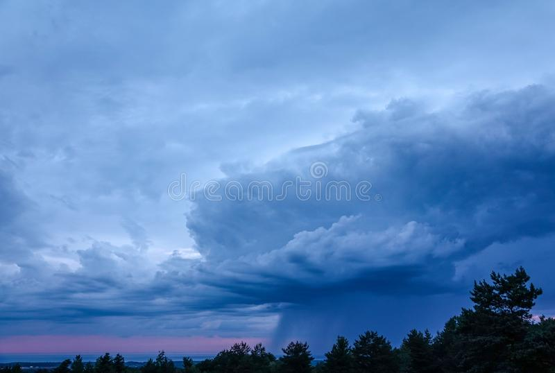 Nuvens de chuva de Nimbus sobre o Lago Erie fotografia de stock
