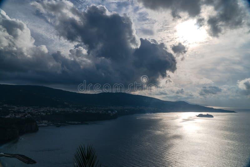 Nuvens de chuva sobre a ba?a bonita de Sorrento em It?lia imagens de stock royalty free