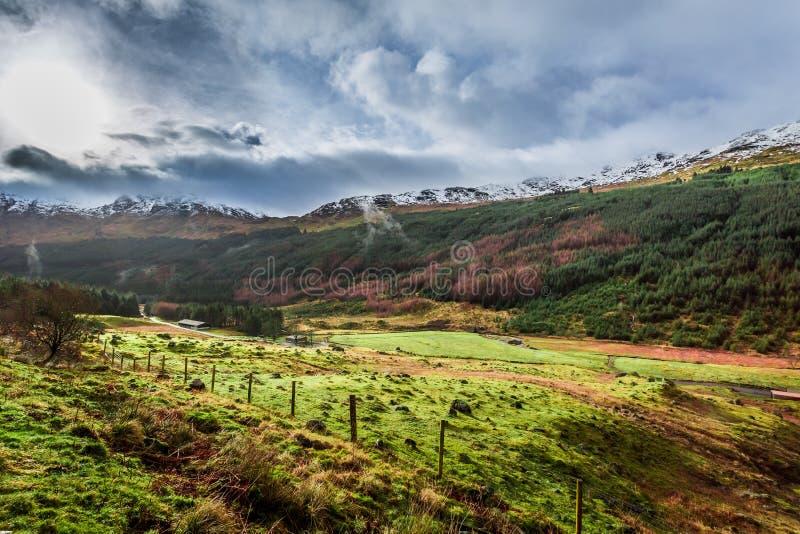 Nuvens de chuva sobre um vale da montanha imagem de stock