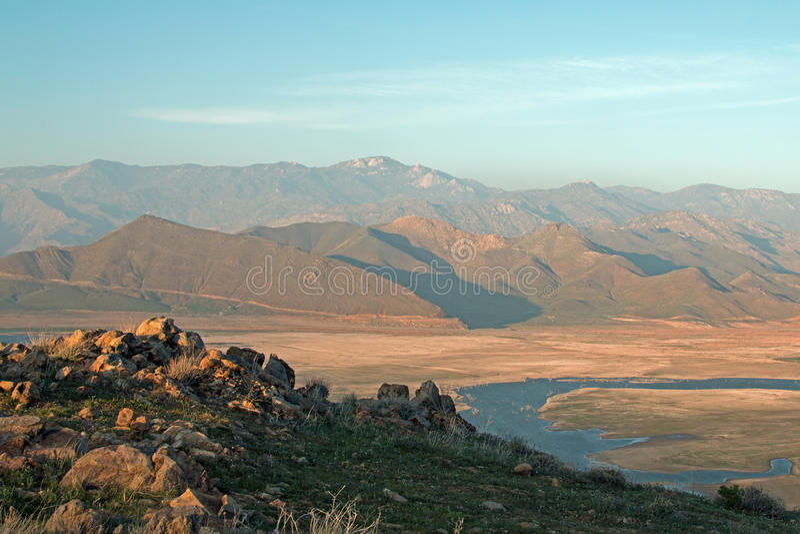 Nuvens de cirro que pairam acima do lago sinistrado Isabella na escala do sul de montanhas de Sierra Nevada de Califórnia fotos de stock royalty free