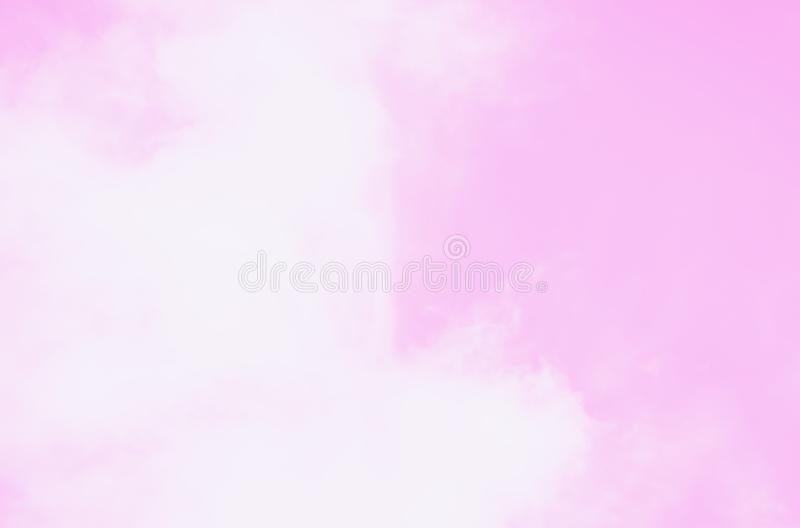 Nuvens de cirrocumulus macias macias brancas bonitas em um fundo cor-de-rosa do céu fotos de stock royalty free
