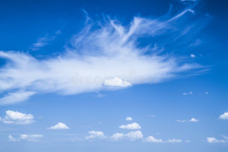 Nuvens de Cirrus e Cumulus no dia ensolarado paisagem foto de stock