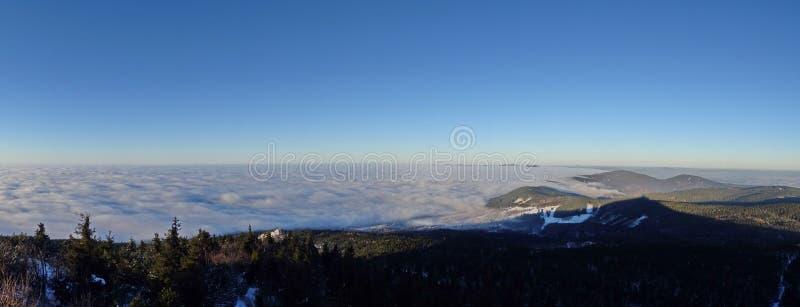 Nuvens de fluxo, vista do monte brincado fotografia de stock royalty free