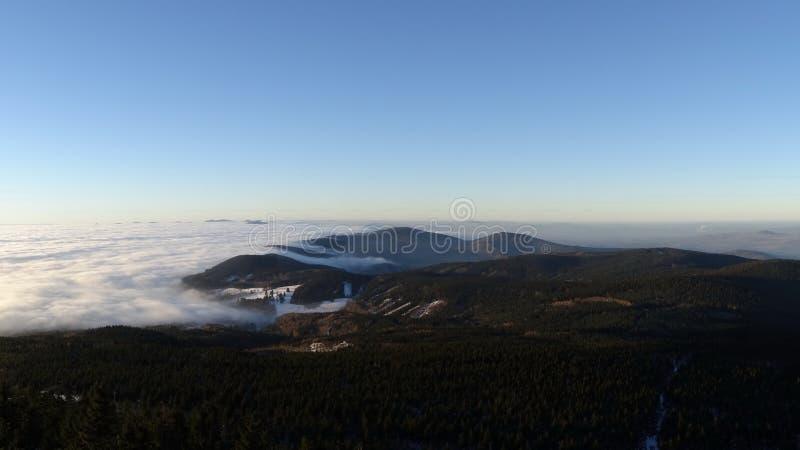 Nuvens de fluxo, vista do monte brincado imagem de stock