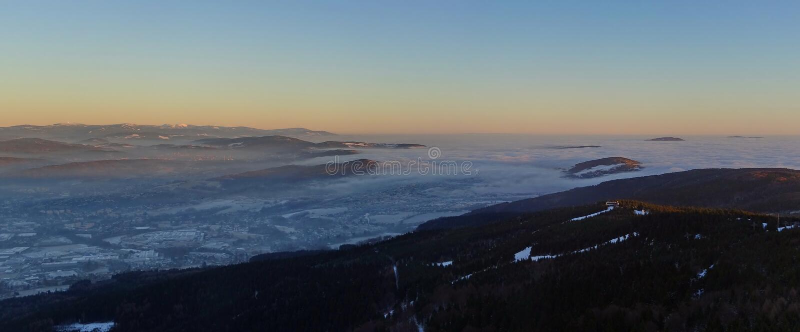 Nuvens de fluxo, vista do monte brincado fotografia de stock
