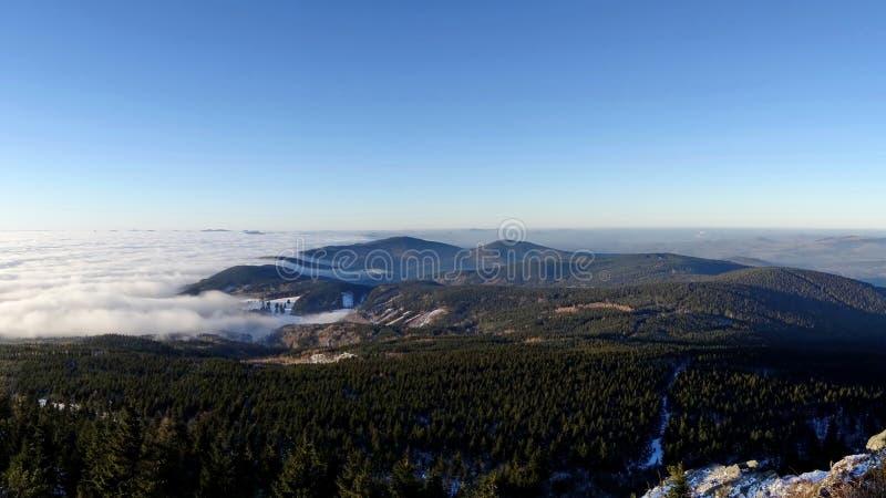Nuvens de fluxo, vista do monte brincado fotos de stock royalty free