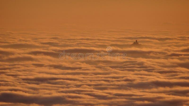Nuvens de fluxo, vista do monte brincado, ruína de Ralsko acima das nuvens fotos de stock
