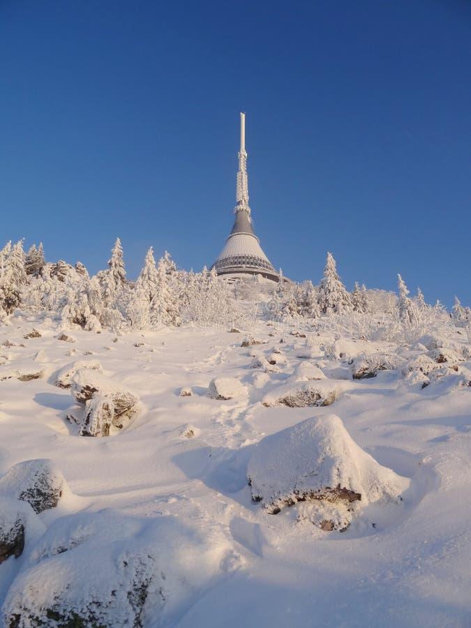 Nuvens de fluxo, vista do monte brincado, ruína de Ralsko acima das nuvens imagem de stock royalty free