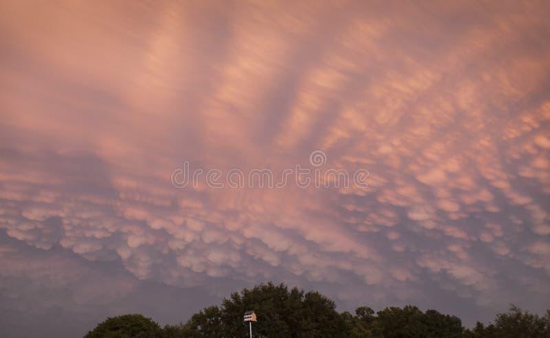 Nuvens de Mammatus no rosa e no azul fotos de stock royalty free