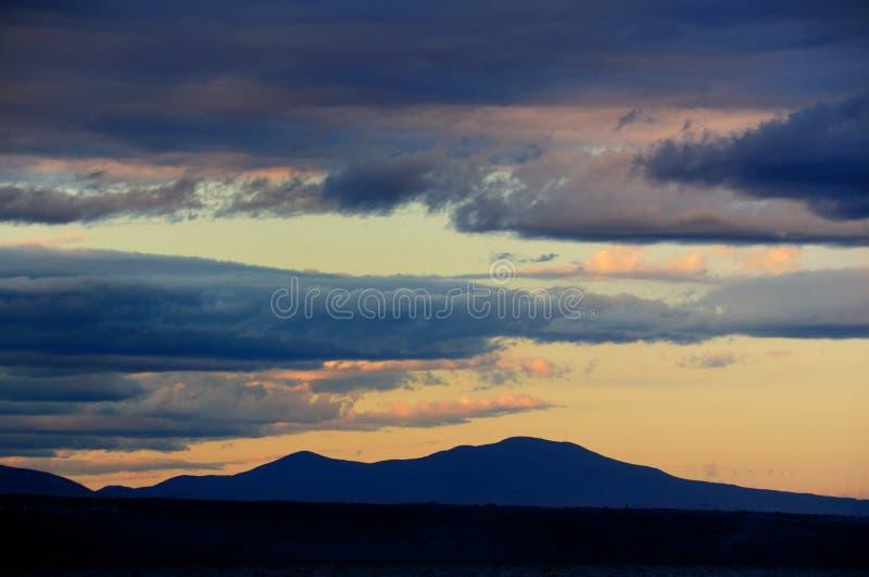 Nuvens de Stratus sobre um lago fotografia de stock royalty free