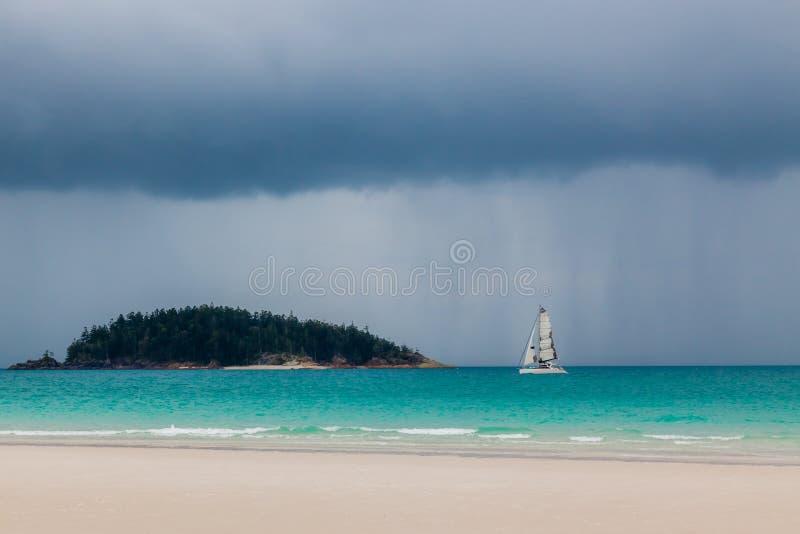 Nuvens de Stromy sobre o oceano fotos de stock royalty free