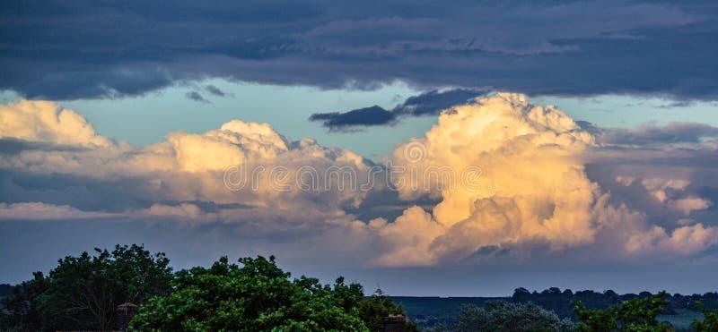 Nuvens de surpresa em cores do por do sol fotografia de stock