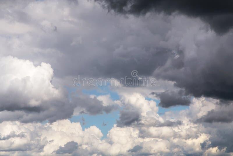 Nuvens de tempestade brancas do cúmulo e escuras macias com fundo do céu azul, céu fotografia de stock royalty free