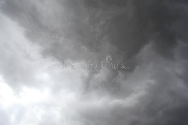 Nuvens de tempestade, chuva e ventos fortes foto de stock