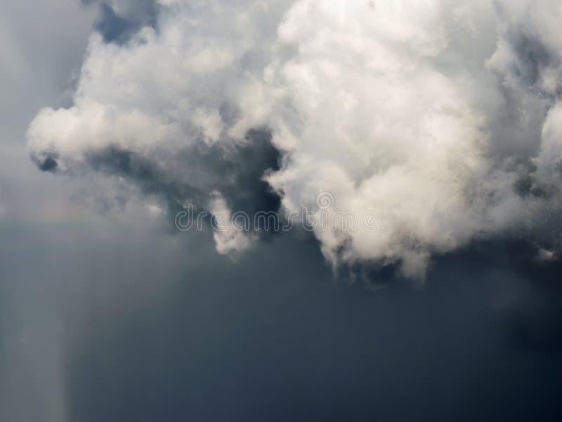 Nuvens de tempestade cinzentas pesadas escuras Céu dramático fotos de stock royalty free