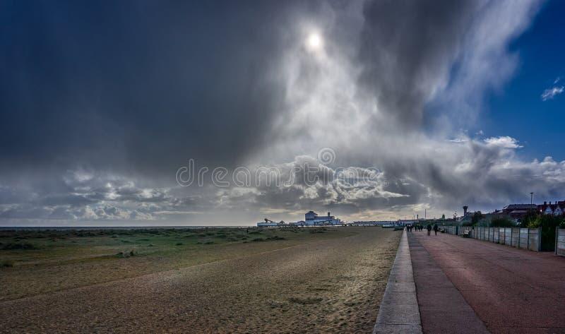 Nuvens de tempestade dramáticas sobre o cais de Great Yarmouth em Great Yarmouth, Norfolk, Reino Unido foto de stock
