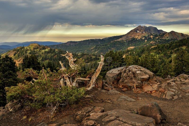 Nuvens de tempestade e montanha de Brokeoff, parque nacional vulcânico de Lassen foto de stock royalty free