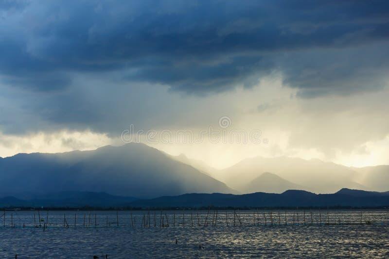 Nuvens de tempestade enormes com chuva fotos de stock