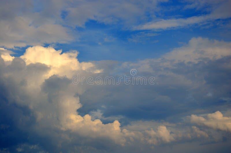 Nuvens de tempestade escuras de cancelamento da tempestade com o céu azul profundo imagem de stock