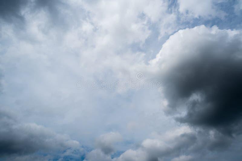 nuvens de tempestade escuras com fundo, nuvens escuras antes de uma trovão-tempestade imagens de stock royalty free
