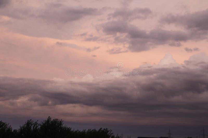 Nuvens de tempestade escuras no crepúsculo fotos de stock