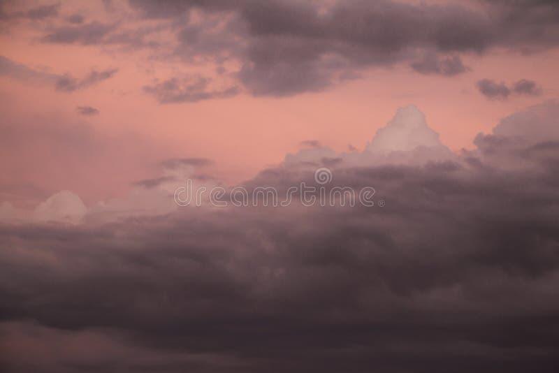 Nuvens de tempestade escuras no crepúsculo fotos de stock royalty free