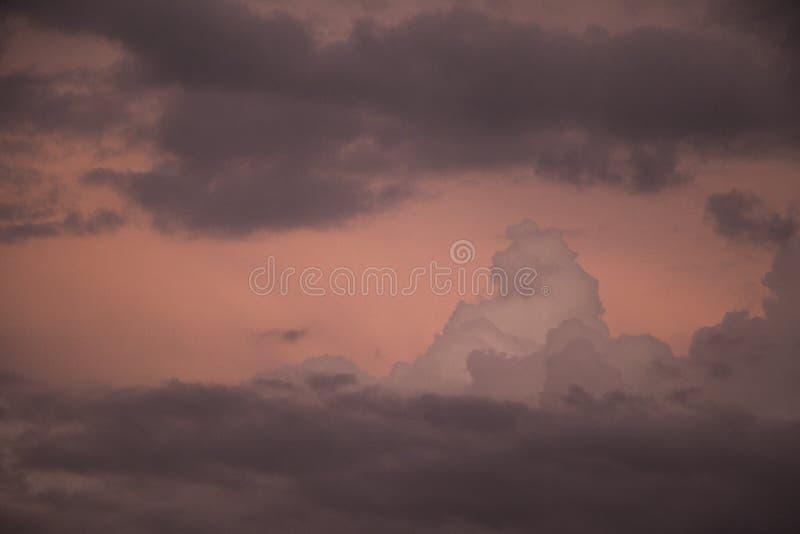 Nuvens de tempestade escuras no crepúsculo fotografia de stock royalty free