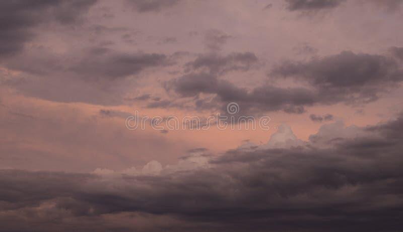 Nuvens de tempestade escuras no crepúsculo foto de stock
