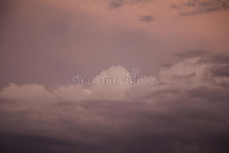 Nuvens de tempestade escuras no crepúsculo foto de stock royalty free