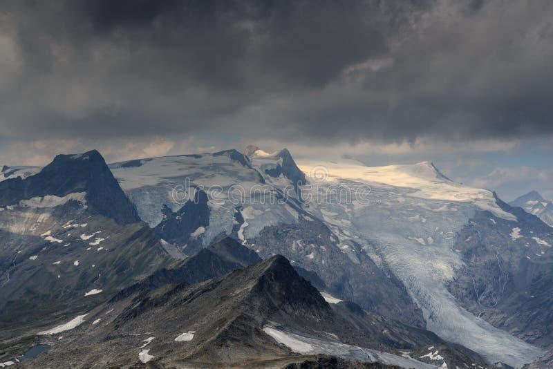 Nuvens de tempestade escuras sobre a montanha Grossvenediger e a geleira, cumes de Hohe Tauern, Áustria foto de stock royalty free