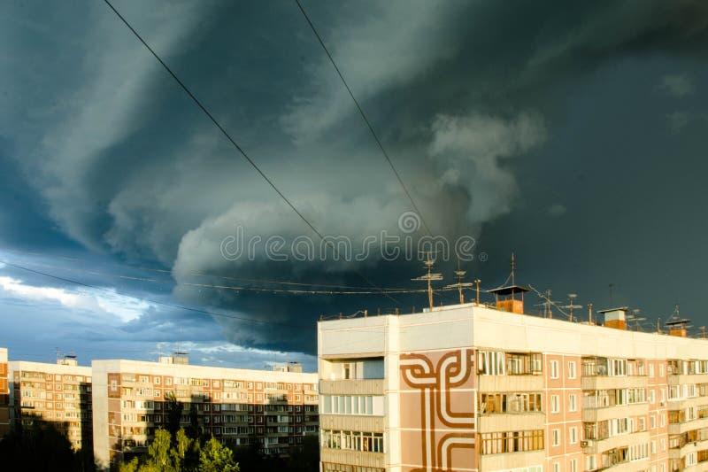 Nuvens de tempestade escuras sobre uma cidade, remoinho imagens de stock royalty free