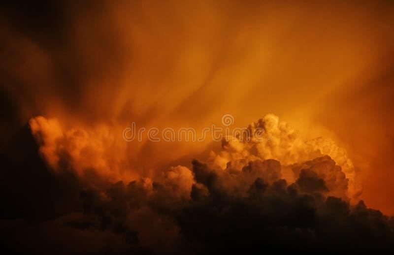Nuvens de tempestade maciças foto de stock