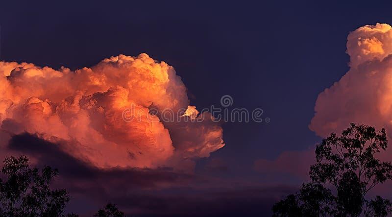 Nuvens de tempestade maciças do trovão na paisagem do por do sol foto de stock royalty free