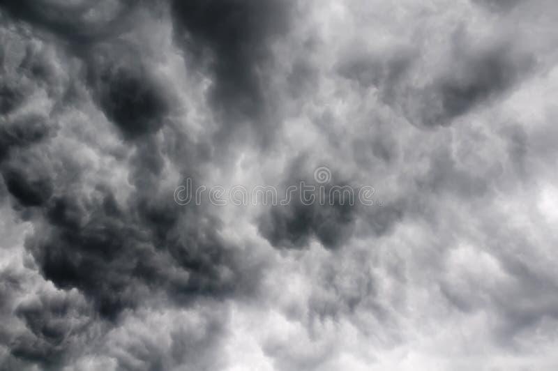 Nuvens de tempestade no céu imagem de stock