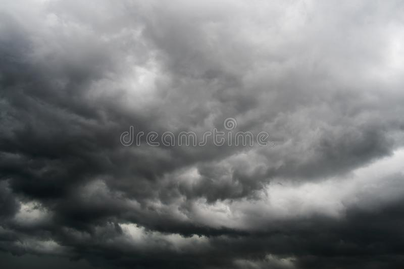 Nuvens de tempestade no céu foto de stock royalty free
