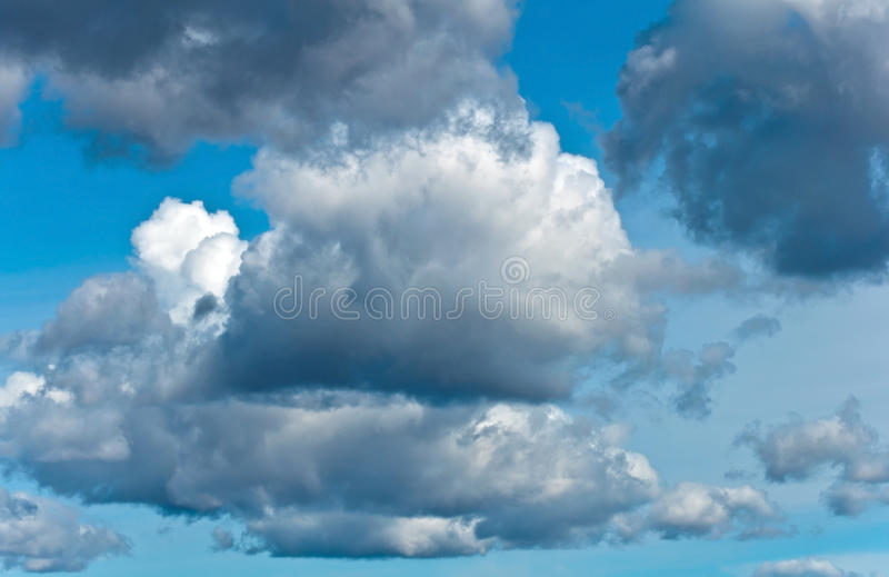 Nuvens de tempestade no céu azul fotografia de stock royalty free