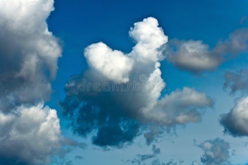 Nuvens de tempestade no céu azul imagens de stock royalty free