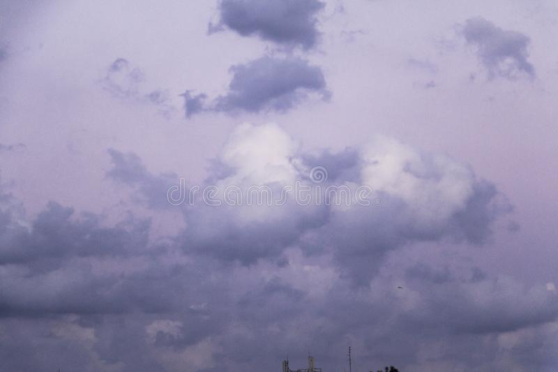Nuvens de tempestade no c?u azul foto de stock royalty free