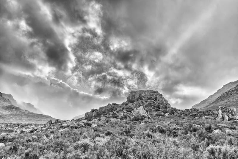 Nuvens de tempestade no nascer do sol em Kromrivier nas montanhas de Cederberg monocromático imagem de stock