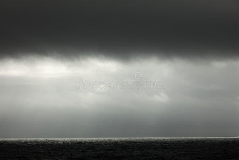 Nuvens de tempestade no Oceano Atlântico fotos de stock