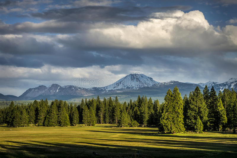 Nuvens de tempestade, pico de Lassen, parque nacional vulcânico de Lassen imagem de stock royalty free