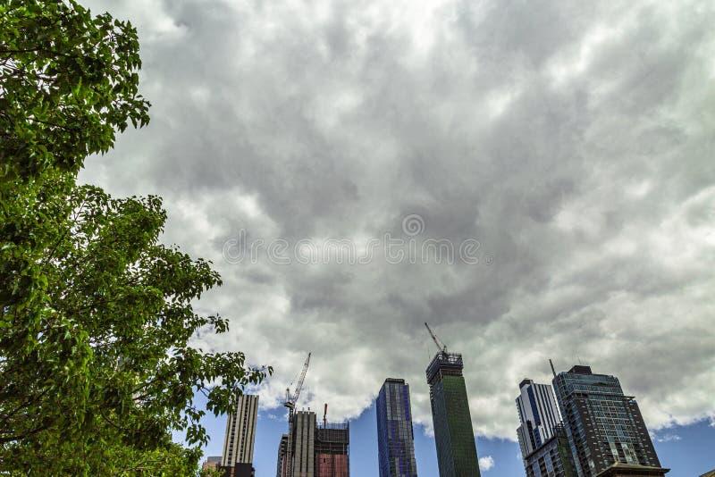 Nuvens de tempestade que aparecem sobre construções altas da elevação foto de stock royalty free